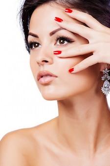 Retrato de hermosa mujer con peinado rizado y maquillaje brillante