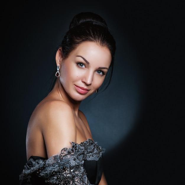 Retrato de hermosa mujer rubia con peinado rizado y maquillaje brillante.