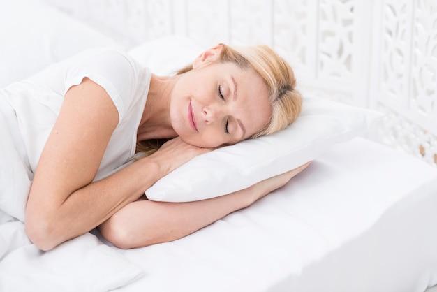 Retrato de hermosa mujer senior durmiendo