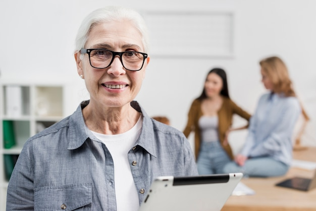 Retrato de hermosa mujer senior con gafas