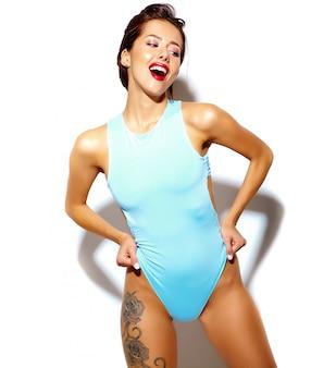 Retrato de hermosa mujer sexy morena sexy chica mala en lencería de cuerpo azul de verano casual sobre fondo blanco