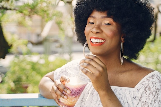 Retrato hermosa mujer sonriente en la ciudad