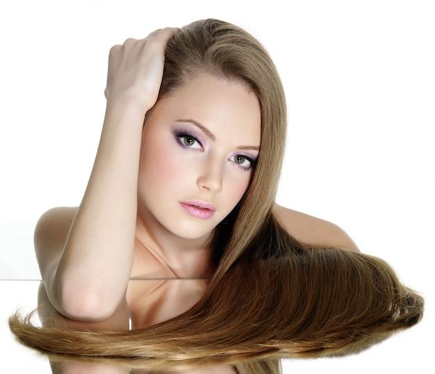 Retrato de hermosa niña adolescente con pelo largo y liso, aislado en blanco