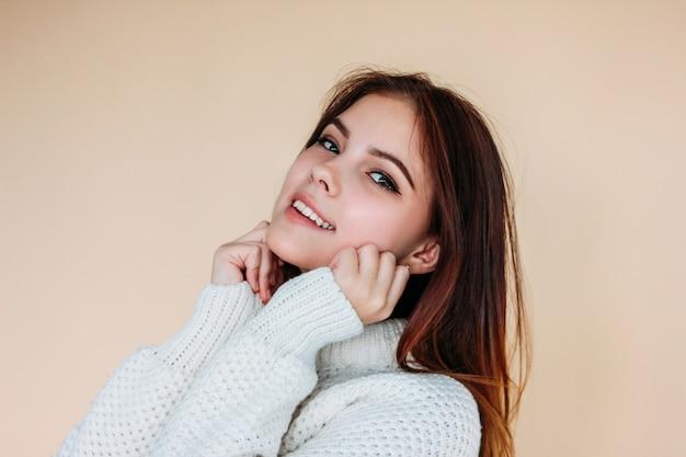 Retrato de hermosa niña adolescente sonriente con piel limpia y cabello largo y oscuro