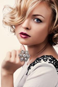 Retrato de una hermosa niña con un anillo de perlas