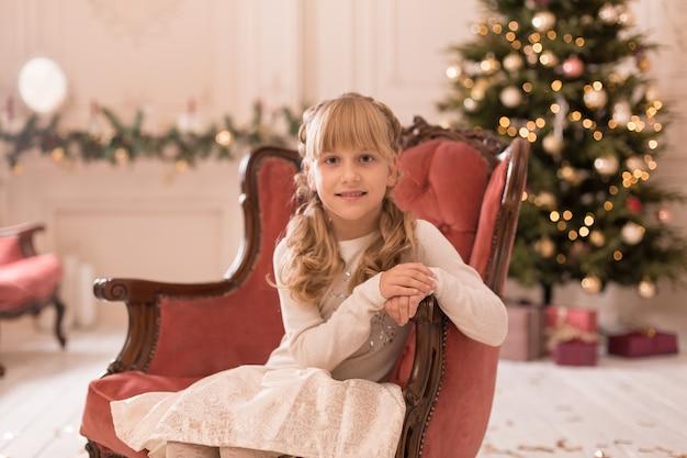 Retrato de una hermosa niña disfrutando de las vacaciones de navidad.