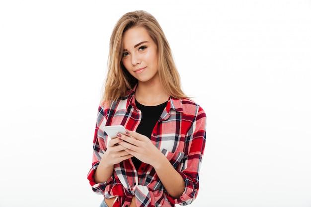 Retrato de una hermosa niña dulce en camisa a cuadros