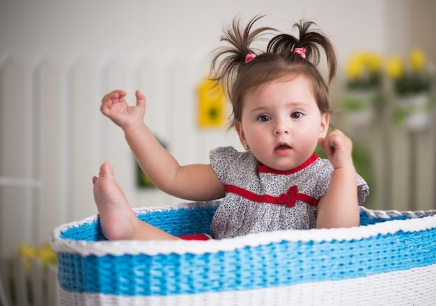 Retrato de una hermosa niña encantadora