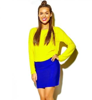 Retrato de hermosa niña feliz sonriente linda mujer morena en ropa casual de verano colorido hipster amarillo con labios rojos aislados en blanco