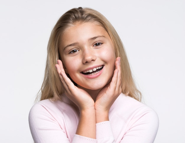 Retrato hermosa niña con fondo blanco