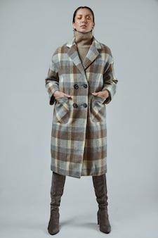 Retrato de hermosa niña hispana encantadora en abrigo de lana