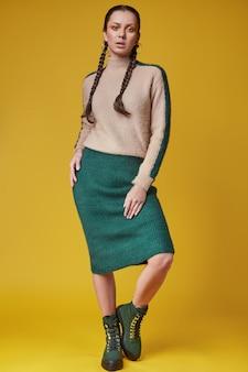 Retrato de hermosa niña hispana encantadora en suéter acogedor
