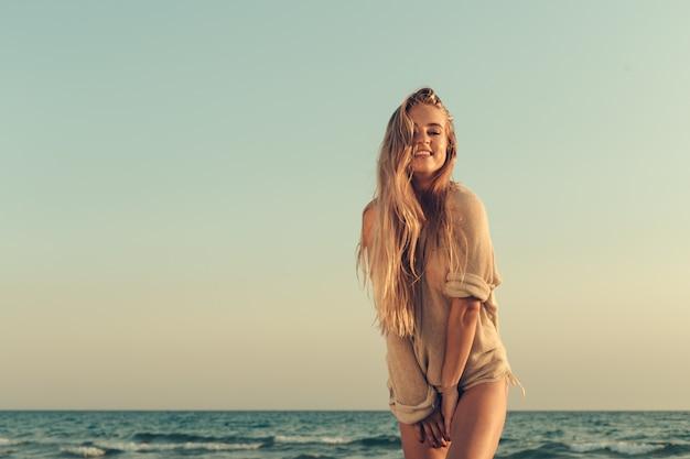 Retrato de una hermosa niña en el mar
