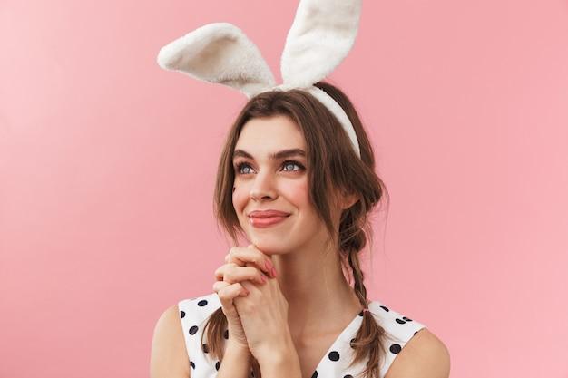 Retrato de una hermosa niña con orejas de conejo que se encuentran aisladas, pidiendo limosna