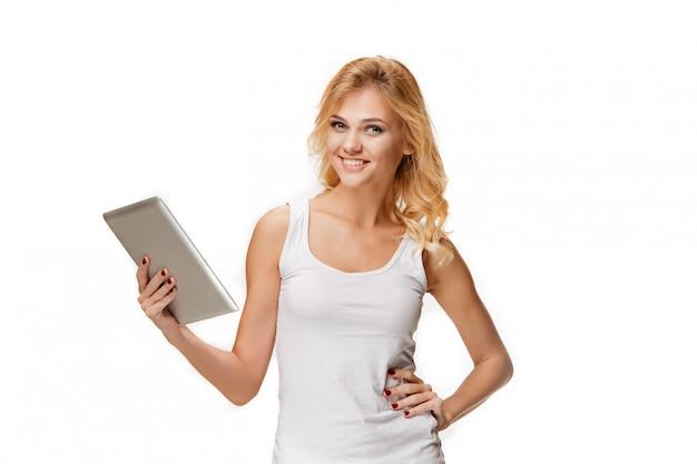 Retrato de hermosa niña sonriente con portátil moderno