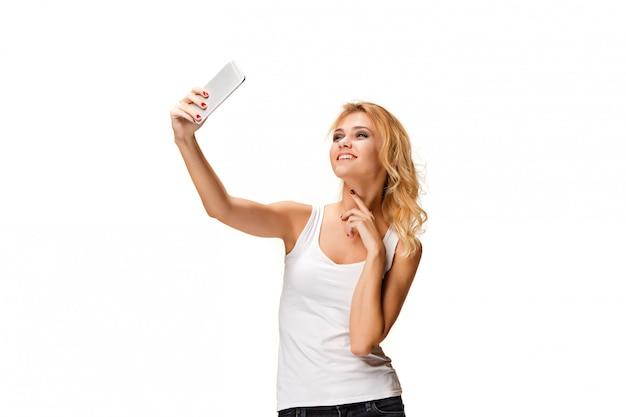 Retrato de hermosa niña sonriente con smartphone moderno