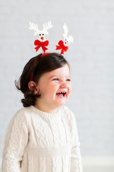 Retrato de hermosa niña sonriente
