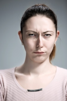 El retrato de una hermosa niña triste closeup
