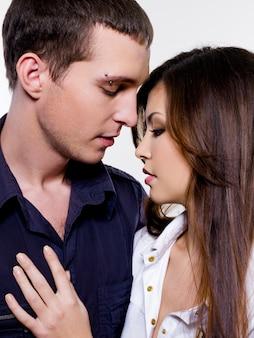 Retrato de hermosa pareja sexual posando en el estudio