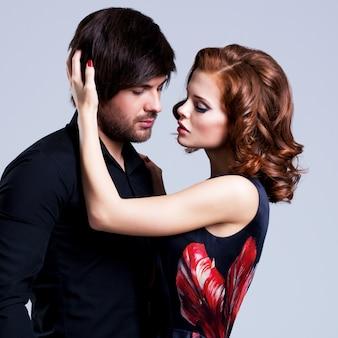 Retrato de hermosa pareja sexy enamorada posando en ropa de noche