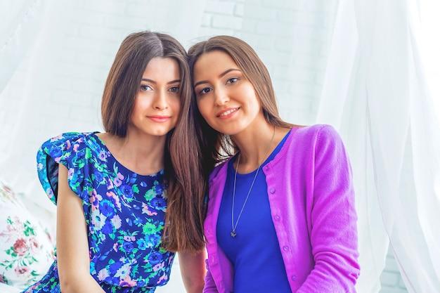 Retrato de hermosas mujeres jóvenes