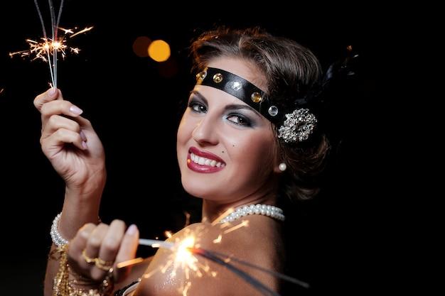 Retrato de hermosas mujeres sonrientes con fuegos artificiales