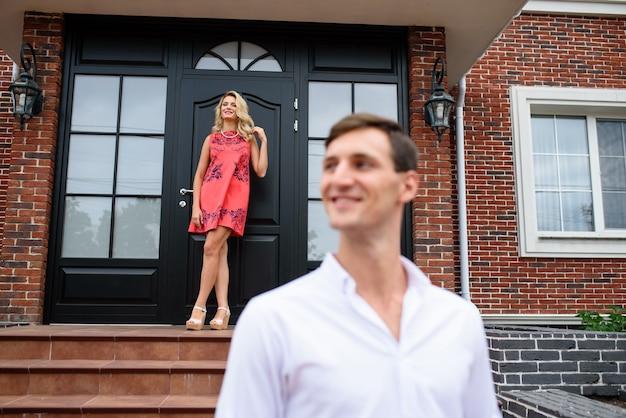 Retrato de hermosas parejas cerca de la casa