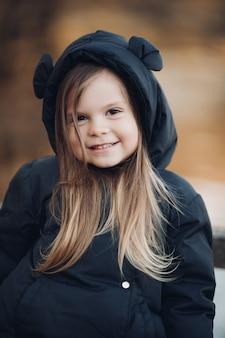Retrato de hermoso bebé va a pasear por el parque en otoño, imagen aislada sobre fondo borroso