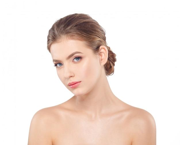 Retrato hermoso joven de la cara de la mujer con la piel sana.