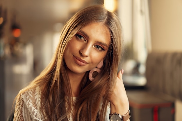 Retrato hermoso modelo femenino en un café