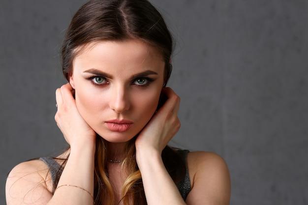 Retrato hermoso de la mujer europea