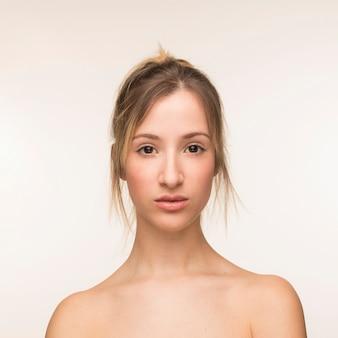 Retrato hermoso de la mujer en el fondo blanco
