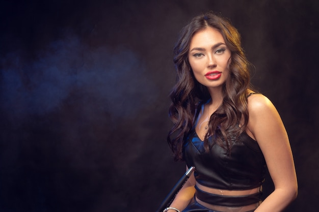 Retrato hermoso de la mujer joven del pelo largo con maquillaje
