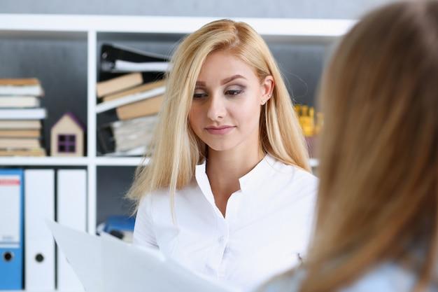 Retrato hermoso de la mujer en el lugar de trabajo