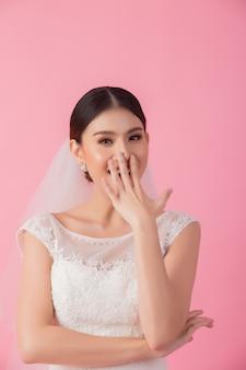 Retrato hermoso de la novia asiática en rosa
