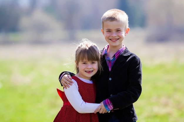 Retrato de hermosos niños rubios sonrientes