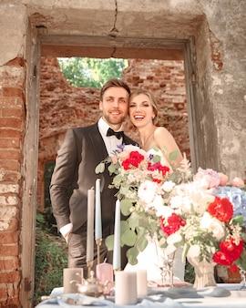 Retrato de hermosos recién casados en el fondo de un antiguo castillo.