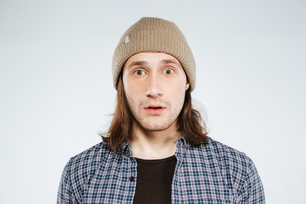 Retrato de hipster sorprendido de cerca