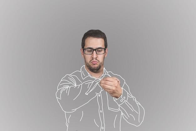 Retrato de hombre abotonando su camisa a cuadros