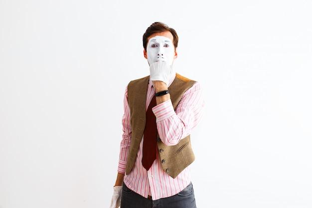Un retrato de un hombre, un actor, una pantomima, un hombre hace un gesto de pánico, agresión.