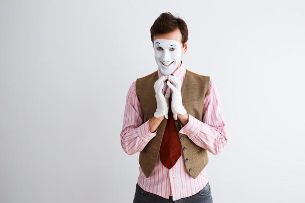 Retrato de hombre, actor, pantomima, hombre haciendo un gesto de alegría, astucia.