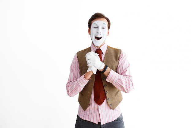 Retrato de hombre, actor, pantomima, hombre haciendo gesto de felicidad y alegría.