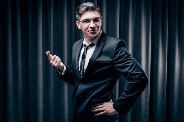 Retrato de un hombre adulto alegre en un traje de negocios. mira a la cámara y se ríe. concepto de negocio.