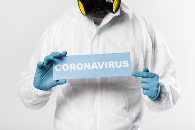 Retrato de hombre adulto con cartel de coronavirus