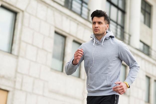 Retrato de hombre adulto corriendo al aire libre