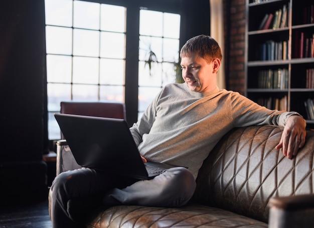 Retrato de hombre adulto disfrutando del trabajo desde casa