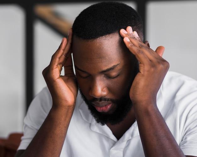 Retrato de hombre adulto con dolores de cabeza