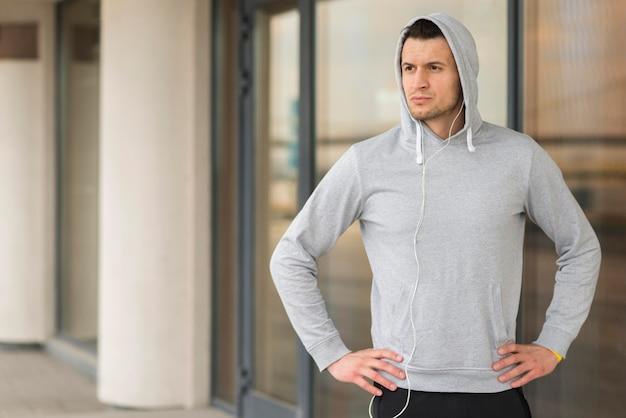Retrato de hombre adulto en forma listo para correr
