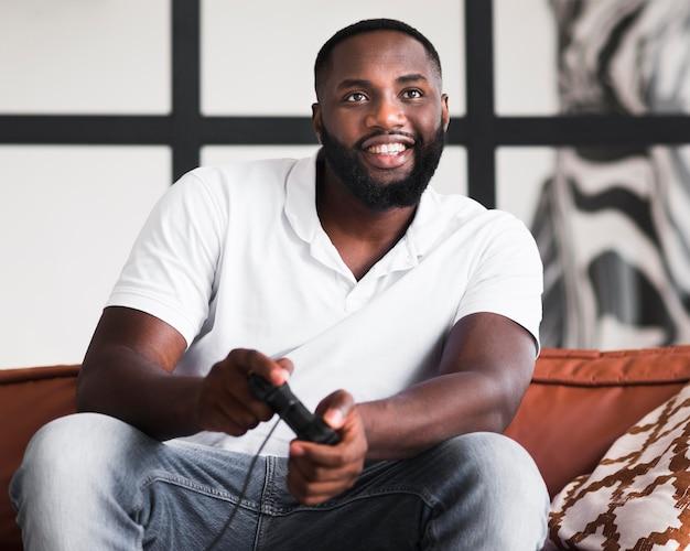 Retrato de un hombre adulto jugando videojuegos