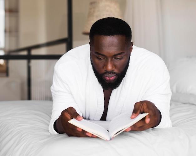 Retrato de hombre adulto leyendo un libro
